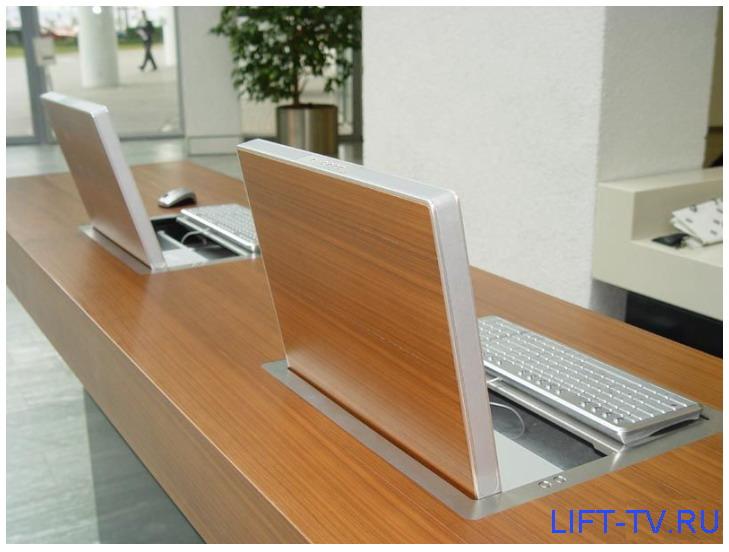 конференц-стол с компьютером
